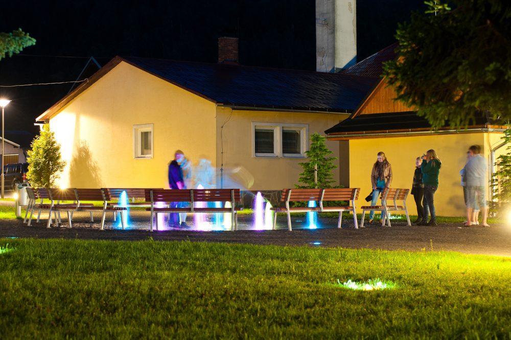 zuberec námestie fontána osvetlenie