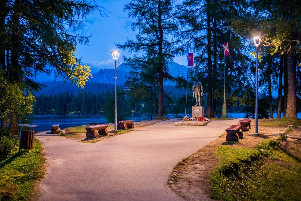 LED úsporné moderné osvetlenie chodníka Štrbské pleso tatry chodníky