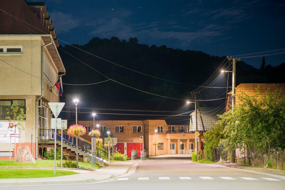 LED moderné verejné osvetlenie mesta obce Ráztočno