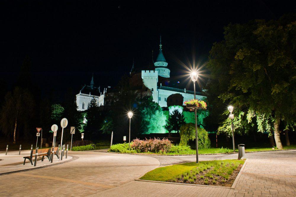 LED úsporné moderné verejné osvetlenie bojnice námestie hrad